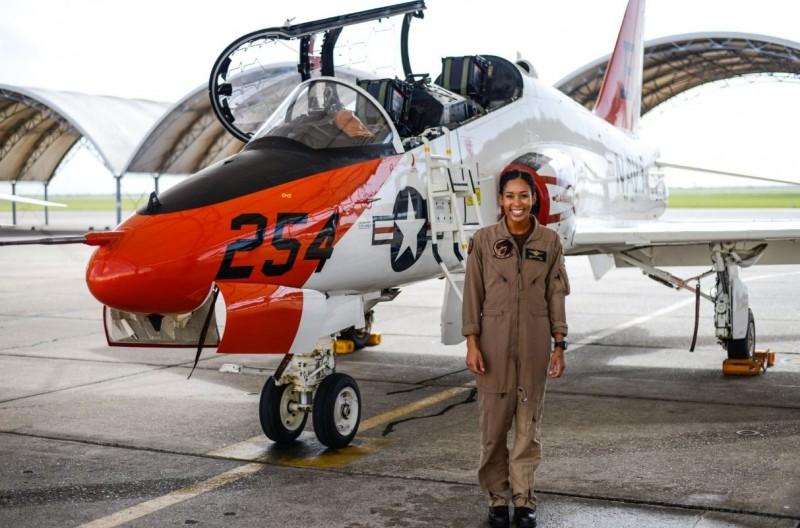 中尉斯維格(Madeline Swegle)以T-45蒼鷹教練機完成戰術飛行訓練(TACAIR),是美國海軍110年來首位非裔女性戰機飛行員。(圖擷自Naval Air Training推特)