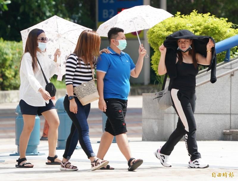 中央氣象局發布高溫燈號,提醒民眾應注意防曬並多補充水份。(資料照)