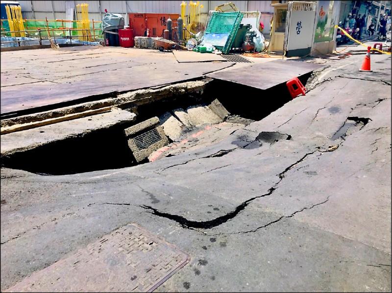 建築工地內地面也有塌陷。(民眾提供)