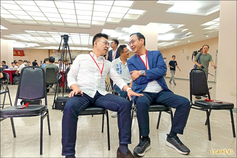 國民黨主席江啟臣(左)、前新北市長朱立倫(右)昨日同台出席「日知學塾」結業式,席間兩人進行交談。(記者沈佩瑤攝)