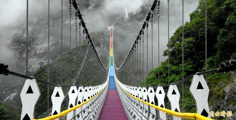南投縣信義鄉雙龍七彩吊橋風景優美,深受遊客喜愛。(記者謝介裕攝)