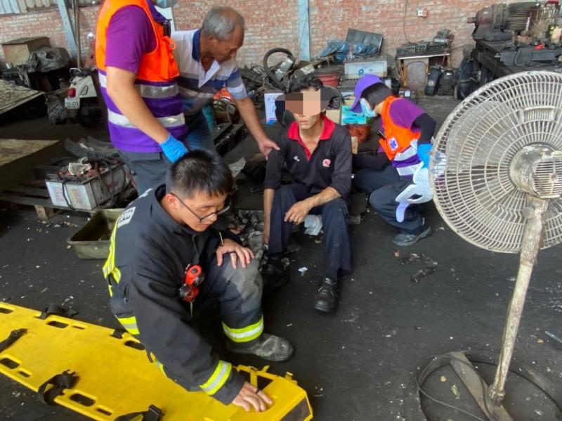桃園市楊梅區物流公司發生工安意外,2員工從堆高機平台跌下釀1死1傷,警、消獲報前往救援。(記者李容萍翻攝)
