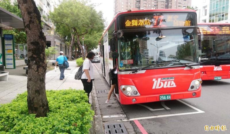 茂林氣象站觀測氣溫到達攝氏37度熱壞機車族,交通局趁熱推25度清涼公車和優惠方案。(記者黃良傑攝)