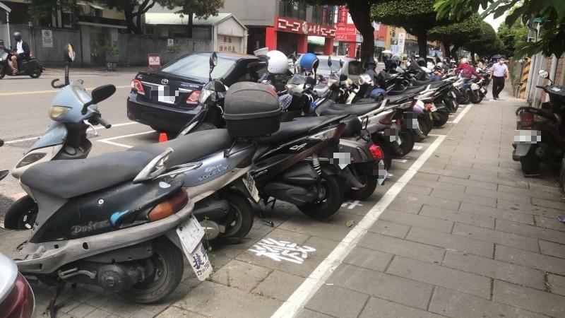 公園路增設機車停車位,讓民眾能夠方便看病。(記者葉永騫攝)