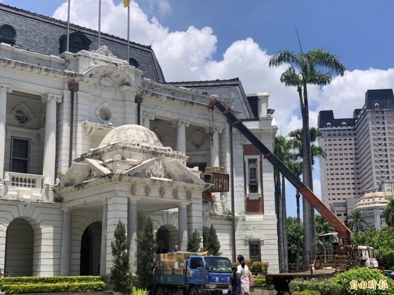 台中州廳啟動修復工程,市府今天出動吊車展開搬家工作。(記者唐在馨攝)