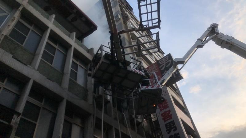 三民區民宅火警,救出一女及3名幼童。(記者方志賢翻攝)