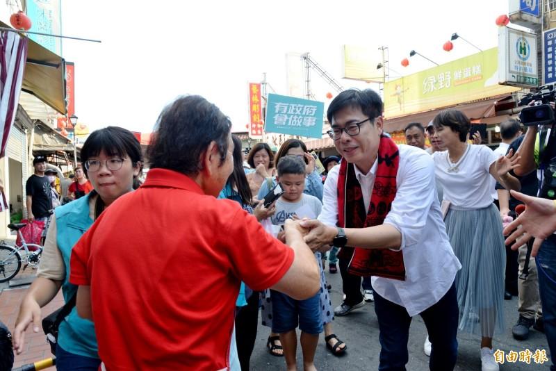 陳其邁到旗山老街拜票,民眾相當熱情。(記者許麗娟攝)