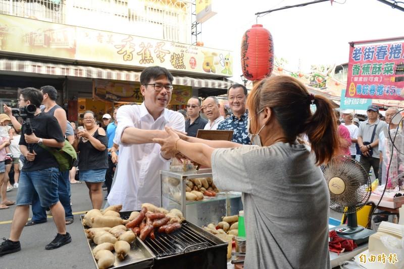 陳其邁在旗山老街和攤商握手拜票。(記者許麗娟攝)