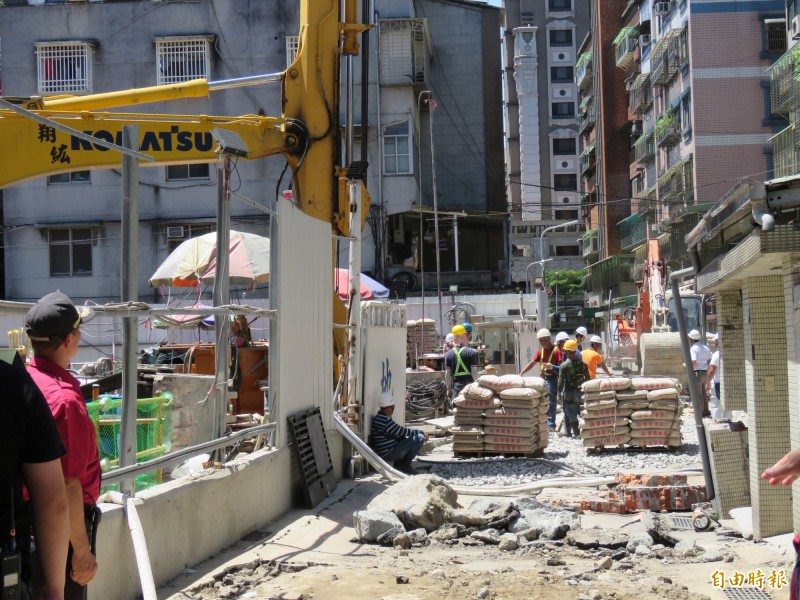 新北市永和區文化路113巷一處集合住宅工地,11日上午因連續壁施工不慎造成路面塌陷,施工單位緊急灌漿回填。(記者陳心瑜攝)