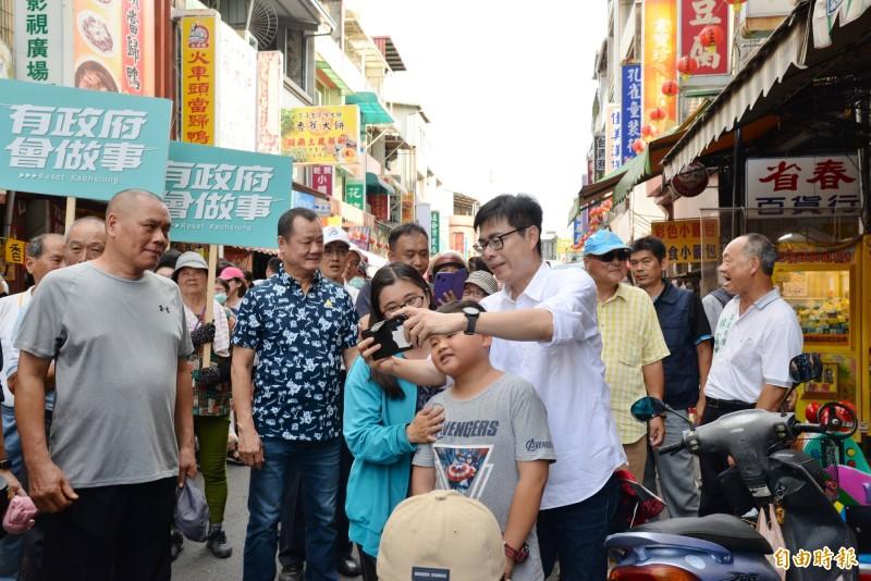 陳其邁在旗山老街拜票,民眾搶合照,陳其邁還幫忙一同自拍。(記者許麗娟攝)