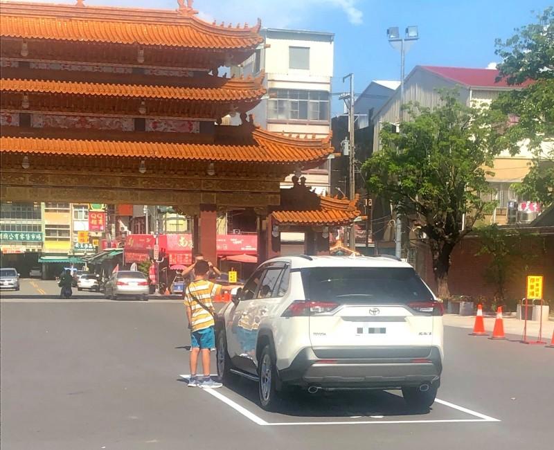 新車參拜暫停區開放後,隨即有信眾進場使用。(記者吳俊鋒翻攝)