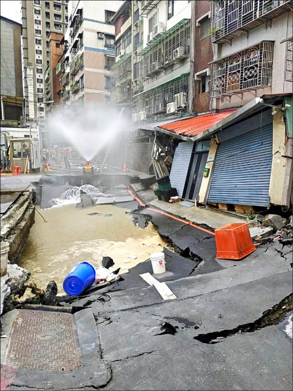 新北永和區一建築工地連續壁破洞,造成路面塌陷。(新北市政府工務局提供)