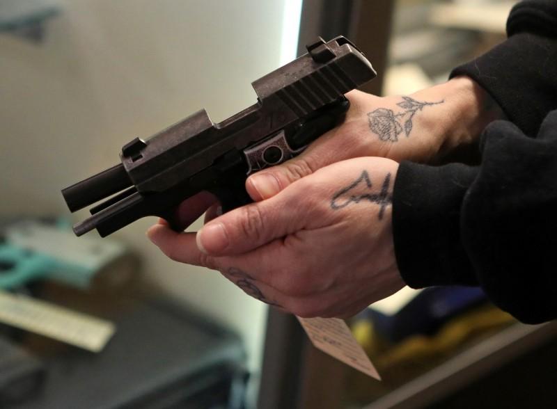 美國3名少年持槍闖入民宅搶劫,孰料屋主直接拿槍反殺造成3名搶匪2死1傷。槍械示意圖。(路透)