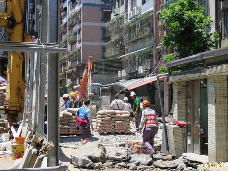 新北永和區一建築工地連續壁破洞,造成路面塌陷。今日工程單位進行回填作業,預計至少3天完成。(記者陳心瑜攝)
