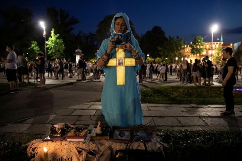 塞爾維亞上週確診及死亡病例驟增,引起塞國民眾抗議聲浪,要求政府提供真相,至11日晚間塞國國會大廈前仍聚集了上千民眾。(路透)