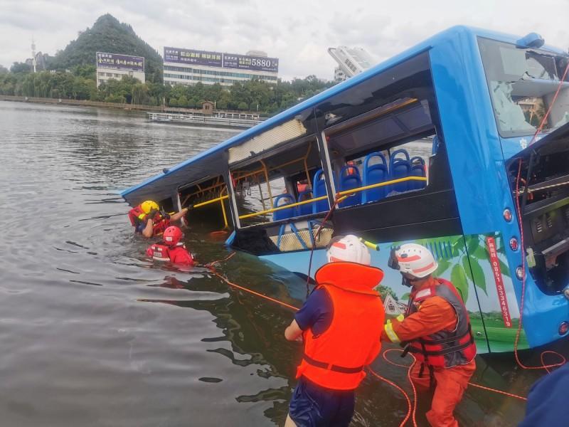 貴州公車墜湖一案導致21人死亡,15人受傷。(路透)