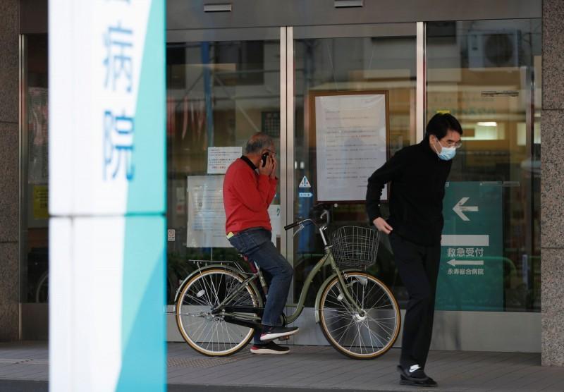 東京都12日都內新增確診病例數達206人。圖為東京一間醫院門口。(路透)