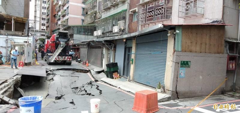 新北市永和區文化路一處建築工地施工不慎造成路面塌陷,並損及鄰房建築結構。(資料照)