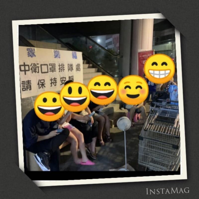 家樂福天母店昨深夜於臉書發文指出,今日將有「中衛口罩」上架開賣,但昨晚間竟然就有人在門口熬夜排隊,甚至還有人是自帶椅子。(圖擷自家樂福天母店 Carrefour臉書)