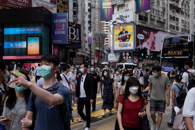 香港近日面臨第三波武漢肺炎感染,近7天已經超過120名本土感染案例,香港大學醫學院院長梁卓偉也警告,再爆發疫情令公營醫療系統大受壓力,「若再持續多一兩個禮拜可能會崩潰」。圖為香港街頭。(彭博)