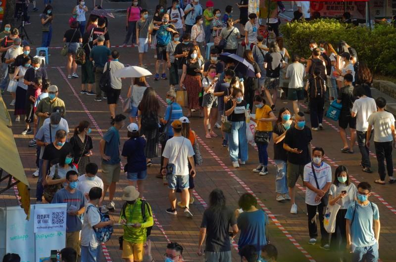 針對香港將在今年9月舉行的立法會改選,香港民主派在7月11日、7月12日舉行「民主派35+初選」,在初選投票首日(11日)便出現22萬8983人進行投票,而今天截至今天下午5點為止,總投票人數已達44萬7923人。(美聯社)