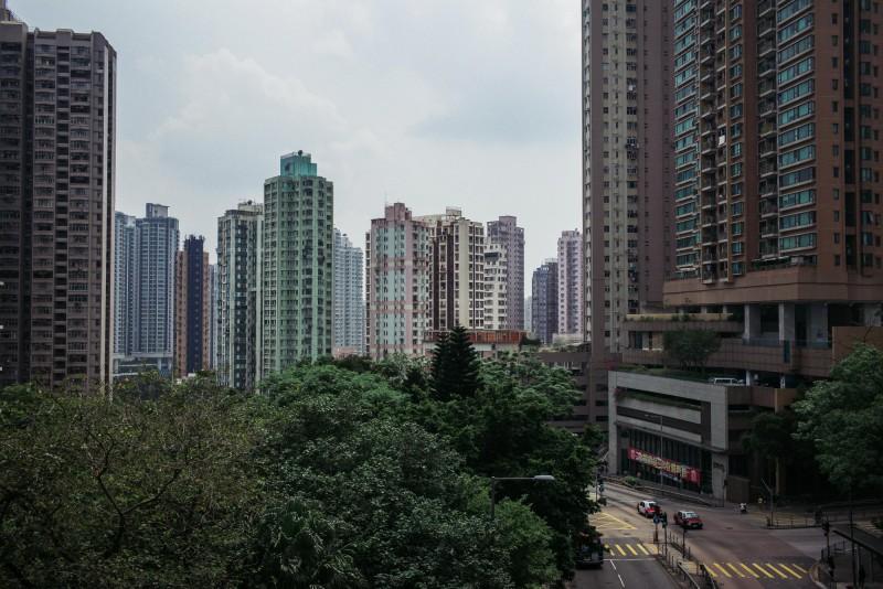 昨天初步篩檢陽性移民官家住香港九龍住宅區慈雲山,當地一養老院日前也爆集體感染案例。圖為慈雲山一景。(彭博)