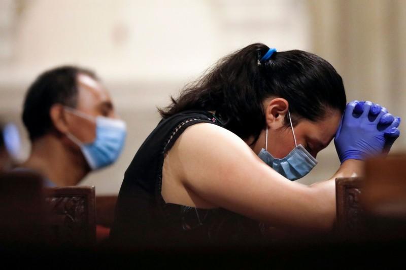 美國繼10日新增約6萬9000例確診,11日又再度新增逾6.6萬例,在過去5天中,美國有4天單日新增染疫人數均超過6萬人。(路透)