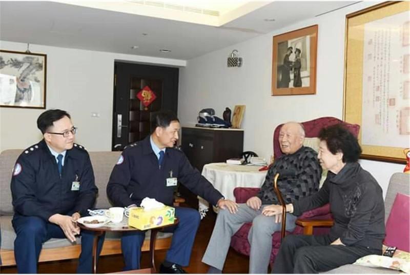 空軍副司令張中將曾拜訪黑蝙蝠英雄趙欽(右2),親切探詢趙老師伉儷身體狀況。(擷自青年日報網站)