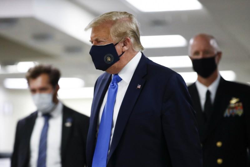 先前一向抗拒戴口罩的川普,11日訪問馬里蘭華特里德軍醫院時,難得地公開戴上口罩亮相。(美聯社)