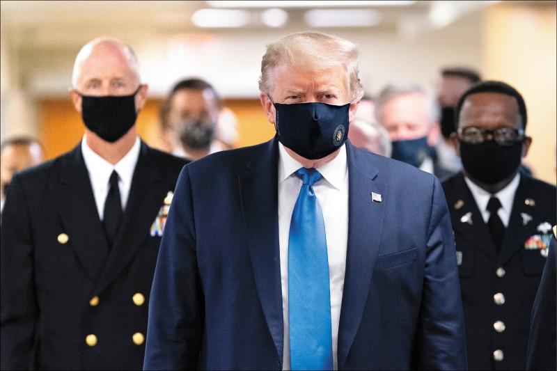 美國總統川普十一日前往華府「華特里德國家軍事醫學中心」,慰問受傷住院的退伍軍人和醫護人員。他戴著藏青色的口罩走過醫院走廊,這是他首次在公開場合配戴口罩。川普當天從白宮出發前重申,「我從不反對戴口罩,但我的確認為,要看時間與場合」。川普曾在「推特」和受訪時,多次嘲諷民主黨競爭對手拜登戴口罩。至台灣時間十二日深夜,美國累計近三二五萬起確診病例及近十三.五萬起死亡病例,單日新增六萬六五二八例確診再創新高。 (圖:彭博,文:編譯茅毅)