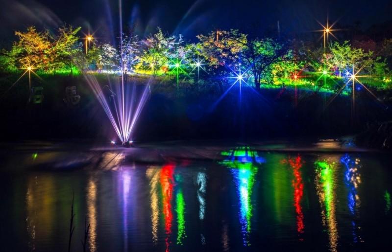 南投縣鹿谷鄉石馬公園已完成投射燈裝設工作,夜空下的生態池「水舞秀」塔配五顏六色的燈光變化,美不勝收。(記者謝介裕翻攝)