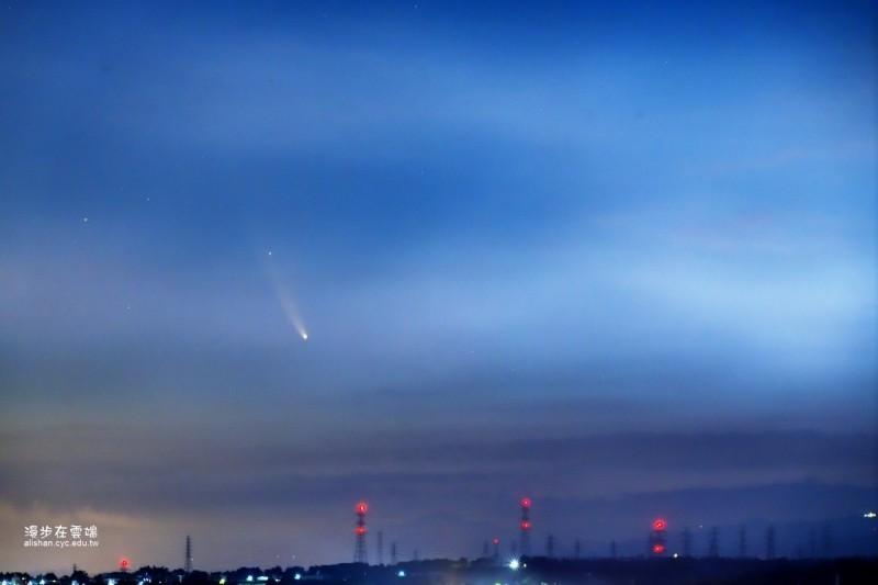 嘉義市區雖受到工廠煙霧干擾,攝影達人黃源明仍拍到彗星。(黃源明提供)