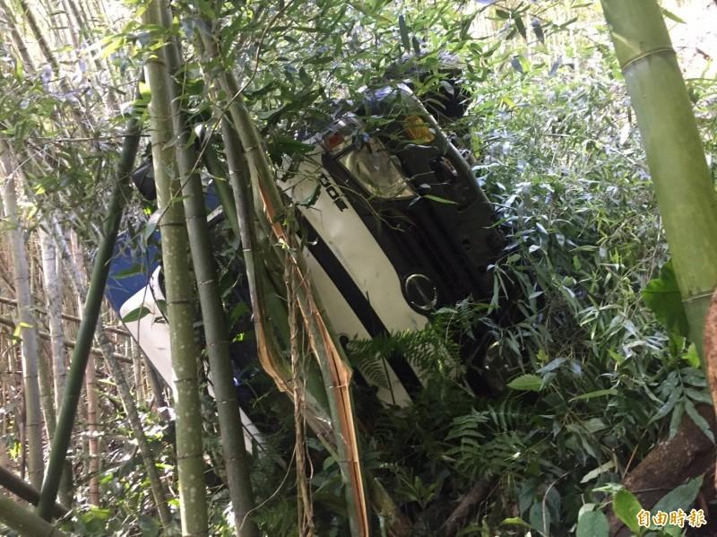 滿載茶園除草工貨車煞車失靈側翻,幸被竹林卡住,才未造成重大傷亡。(記者蔡宗勳翻攝)