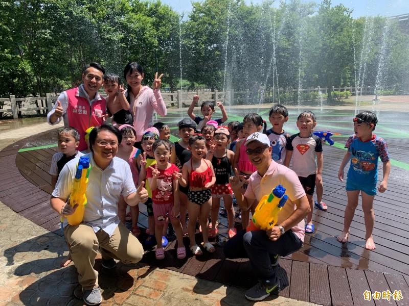 基隆市長林右昌(前排左)說,要歡樂、要開心,就到暖暖來,歡迎大家一起來快樂戲水、消暑。(記者林欣漢攝)