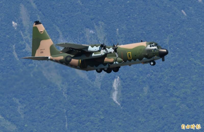 空軍列為高度機密的C-130HE電戰機,緊急降落花蓮基地保存戰力。(記者游太郎攝)