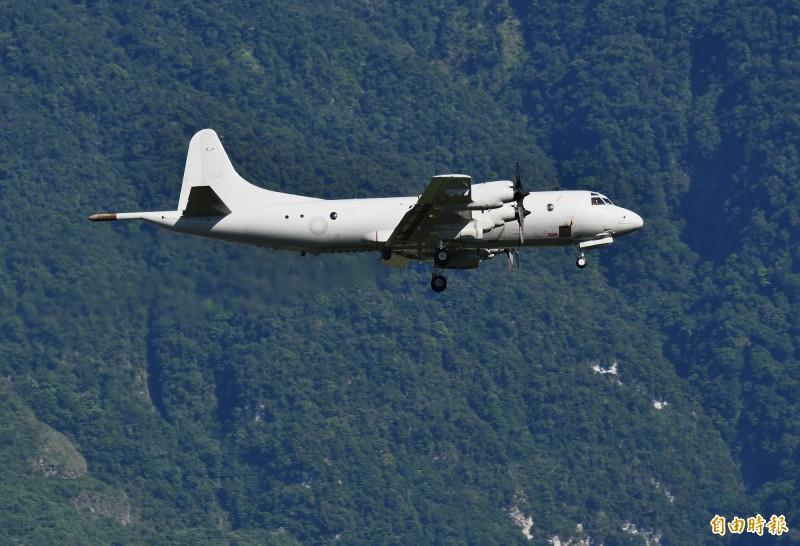 空軍二架P-3C反潛機,緊急自屏東基地起飛,降落花蓮基地保存戰力。(記者游太郎攝)