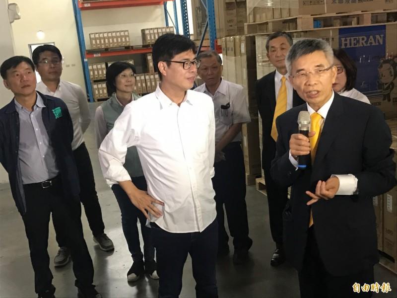 陳其邁參訪禾聯家電,董事長蔡金土(前右)介紹企業發展現況。(記者洪臣宏攝)