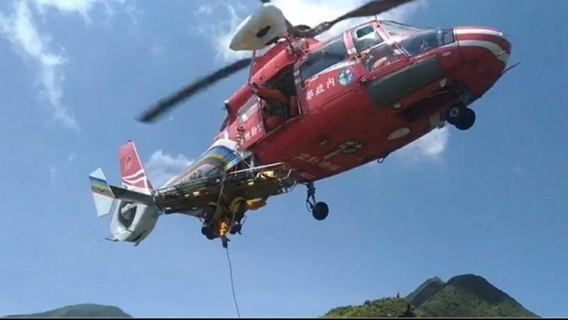 空勤總隊派遣直升機將疑似中暑的民眾緊急送往醫院救治。(記者吳昇儒翻攝)