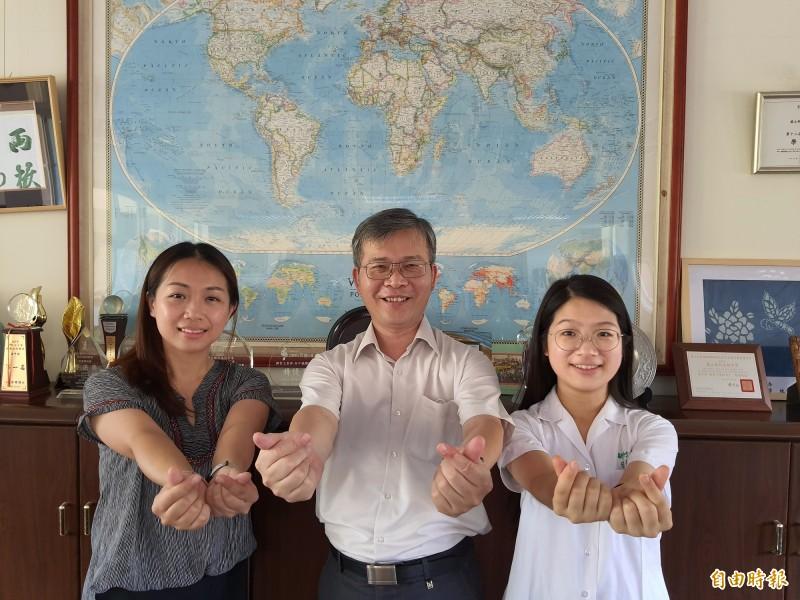 台灣唯二參與美國國務院教育文化部ECA防疫歌曲獻唱的都來自新竹高中音樂班校友,一是張幼欣(左),一是劉品伶(右),校長李明昭(中)以兩人為榮。(記者洪美秀攝)