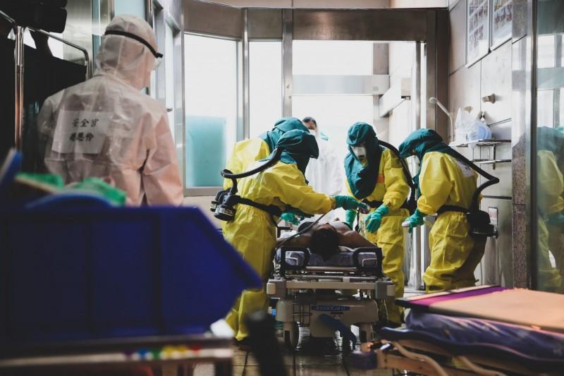 高雄義大醫院醫護人員協力進行醫療作業。(圖由國防部提供)