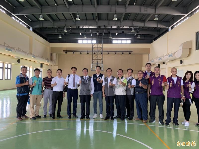 桃園市長鄭文燦(左6)視察落成啟用的樂善國小樂學樓。(記者周敏鴻攝)