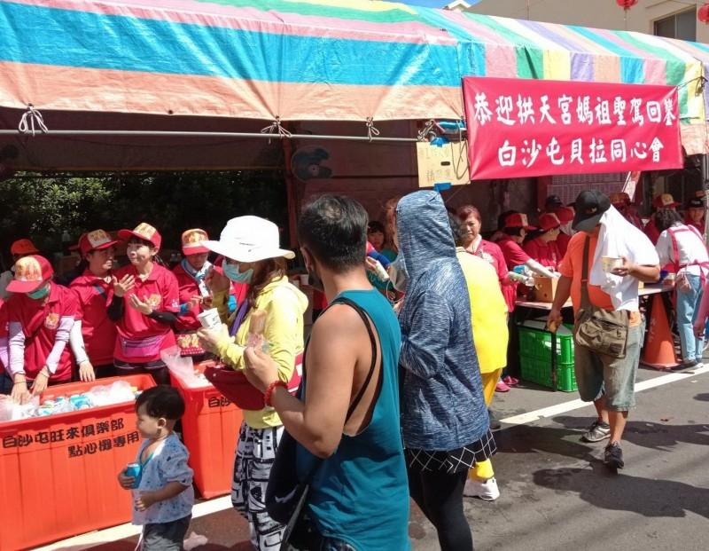 在地信眾及社團準備了茶水及香菇雞等點心,慰勞香丁腳連日來辛勞。(記者張勳騰翻攝)