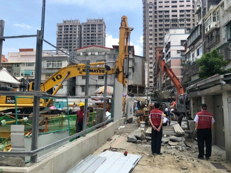 文化路坍塌路面目前日以繼夜搶修,預估明日能完成路面鋪設。(新北市工務局提供)