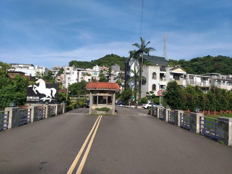 白馬山莊在新北市汐止,出入口卻是走台北市的康樂街。(新北市議員張錦豪提供)
