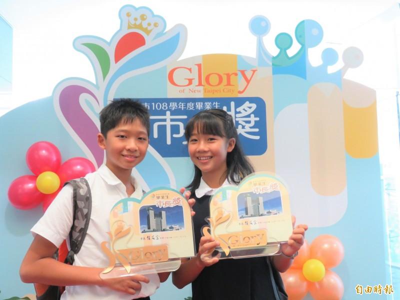 三峽區插角國小王子綾(右)、王子豪(左)姊弟是雙胞胎,同獲市長獎。(記者陳心瑜攝)