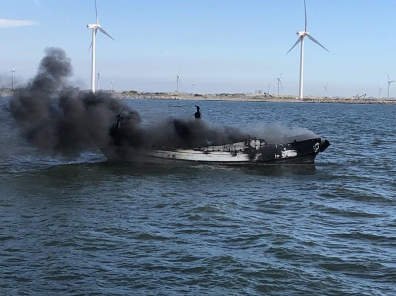 彰化肉粽角海域今天驚傳火燒船意外。(記者劉曉欣翻攝)