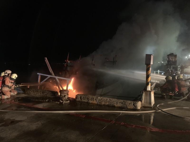 新竹南寮漁港1艘70噸以上的漁船今晚發生火燒事件,漁船幾乎全燒毀,財損嚴重,消防人員花了近1小時才撲滅,所幸無人受傷。(記者洪美秀翻攝)