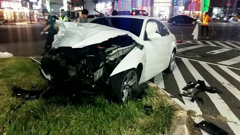 車禍發生後,寶馬轎車車頭毀損,衝上安全島。(記者丁偉杰翻攝)