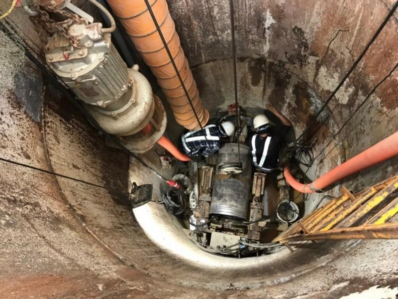 水務局為提升市轄污水下水道用戶接管普及率,在石門地區進行管線佈設,圖為污水管線推進工法作業。(記者李容萍翻攝)