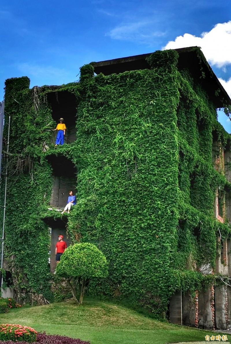 屋齡長達43年的危樓,結構可能比較脆弱,且建物內並無欄杆,遊客應避免擅入,以策安全。(記者吳俊鋒攝)